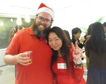 サンタクロース姿の講師と記念撮影 プレゼントを出席者に配布する講師   ひまひまセレブ園