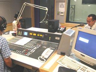 これがラジオのスタジオである ...