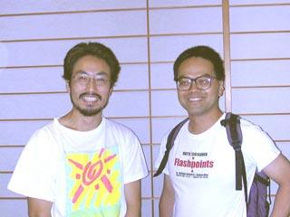 会場に駆けつけてくれた加藤健二郎さん、安田純平さん。 講演後、携帯メールを打つのに集中する常岡氏