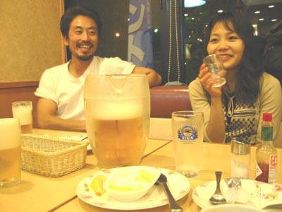 でっかいビールジョッキを前にギャルギャル幸子をヨコに、ご機嫌な安田純平... 東長崎機関